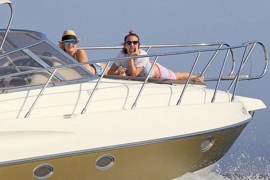 голыая пара на яхте