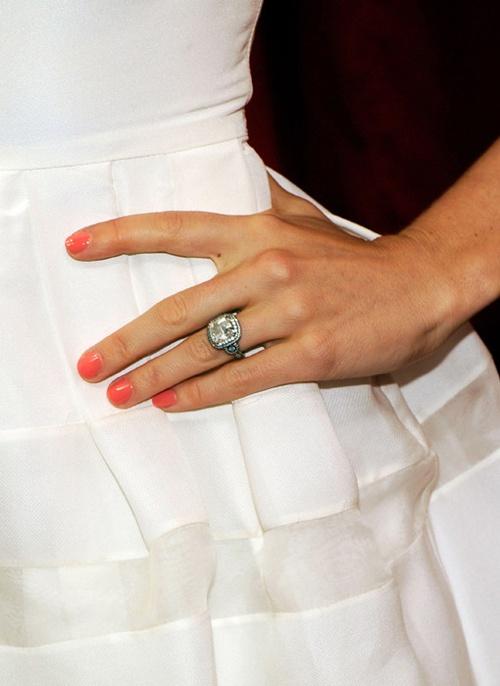 Джессика Бил после интрижки мужа с актрисой сняла обручальное кольцо
