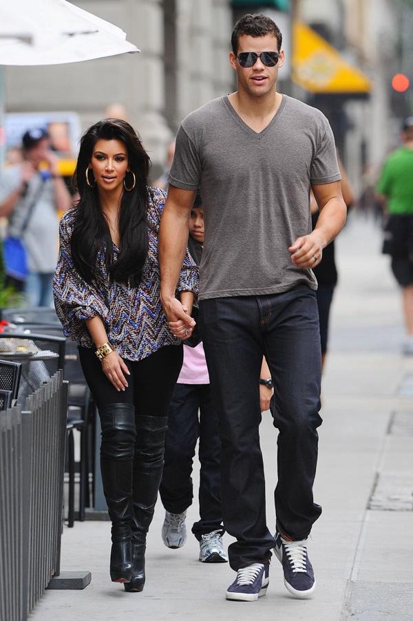 Infância e juventude Kimberly Noel Kardashian nasceu em Los Angeles Califórnia filha do falecido advogado Robert Kardashian e Kris Jenner Tem ascendência